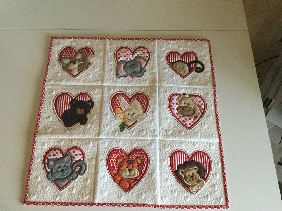 quilt-mini-beverly-adams-heart-peekers